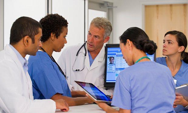 hospital-staff-using-mobi-014